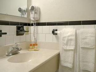 Days Inn Cranston Providence Cranston (RI) - Bathroom