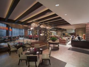 New World Makati Hotel Manila - Food, drink and entertainment