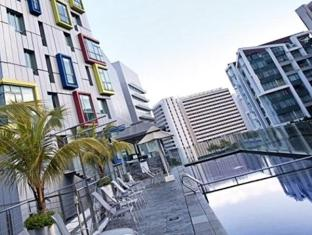 Gallery Hotel Singapore - Swimming Pool - Day View