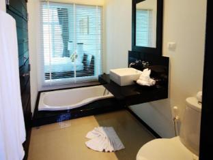 Two Villas Holiday Phuket: Oxygen Style Nai Harn Beach Phuket - Bathroom