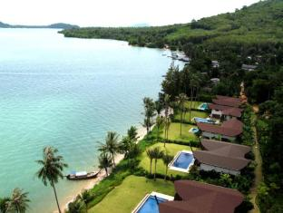 The Village Coconut Island Beach Resort Phuket - Uitzicht