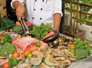 Sokha Club Hotel Phnom Penh - Chef with fresh food
