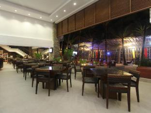 Crown Regency Beach Resort Boracay Island - Food, drink and entertainment