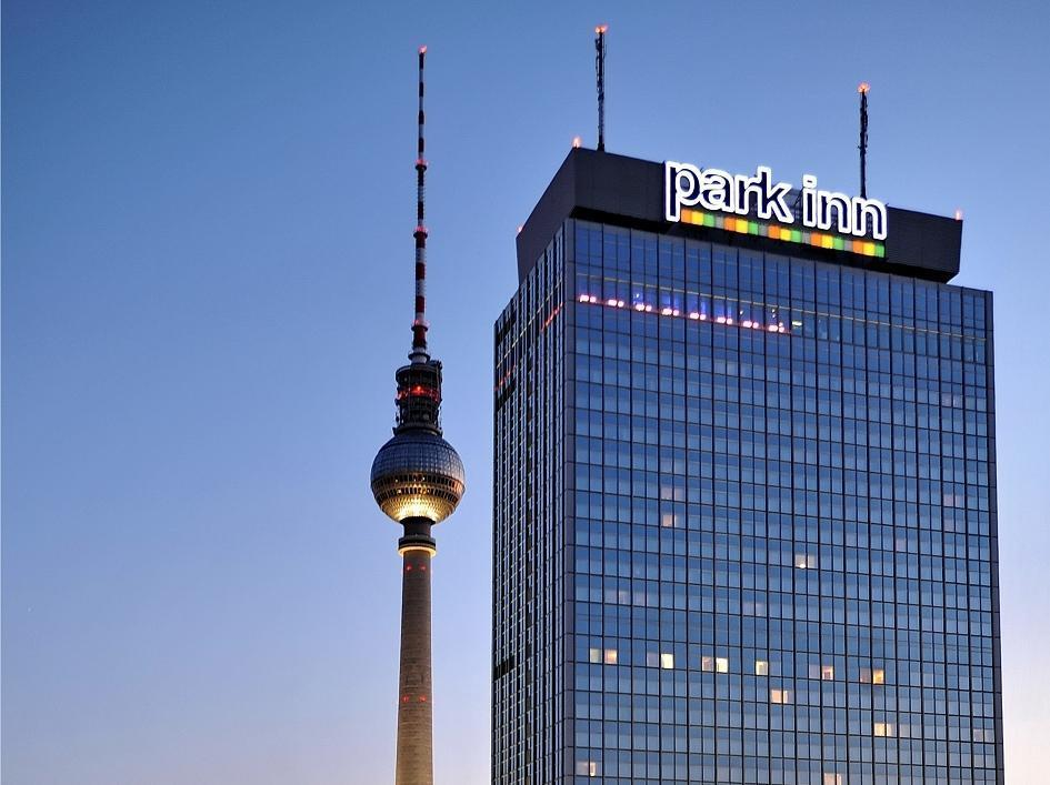 Park Inn by Radisson Berlin Alexanderplatz Берлин - Фасада на хотела