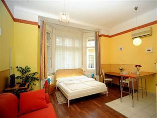 Club Apartments & Rooms