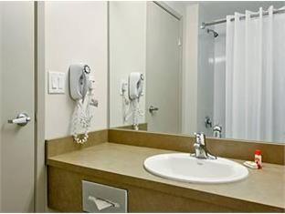 Super 8 Downtown Toronto Hotel Toronto (ON) - Bathroom