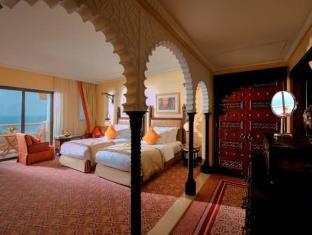 Al Qasr Hotel Madinat Jumeirah guestroom junior suite