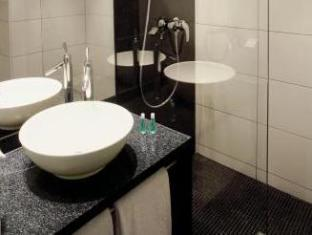 Motel One Hamburg Airport Hamburg - Bathroom