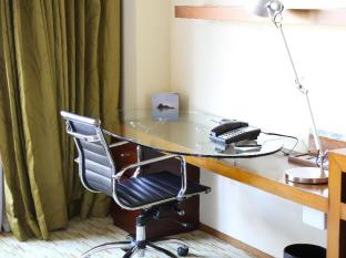 Marriott Hotel Manila Manila - All of our hotel rooms include spacious, well-lit desks and ergonomic chairs.