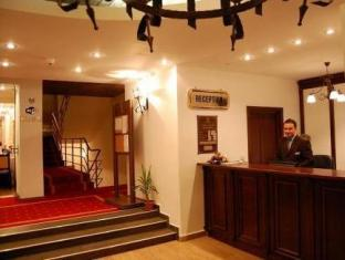 Hotel Rina Tirol פויאנה ברשוב - קבלה