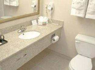 Ramada East Orange Hotel Newark (NJ) - Bathroom