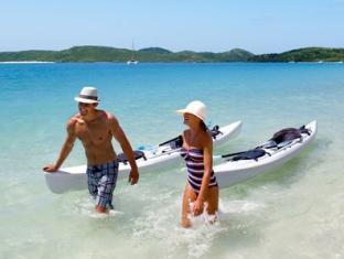 Hamilton Island Palm Bungalows Whitsundays - Kayaking couple on Whitehaven Beach