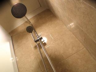 Travellers Hotel Jakarta - rained shower head