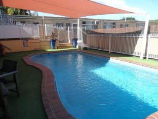 Paramount Motel Brisbane Brisbane - Pool with sun shade