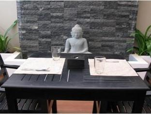 Blue Tongue Hotel Phnom Penh - Budha water feature in garden dining area