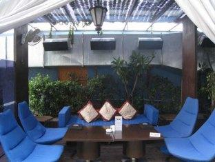 Country Inn & Suites By Carlson Sahibabad New Delhi and NCR - Relaxing Pool Side Couches