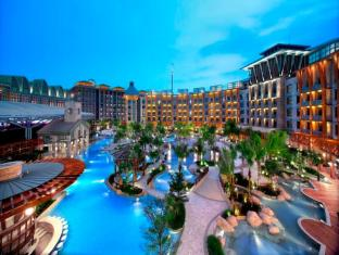 Resorts World Sentosa - Hard Rock Hotel Singapore - Swimming Pool