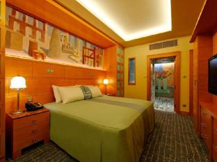 Resorts World Sentosa - Hotel Michael Singapore - Deluxe Suite Bedroom