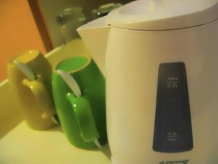 St Giles Hotel Manila - Electric Kettle & Mugs