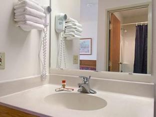 Super 8 Watertown WI Hotel Watertown (WI) - Bathroom
