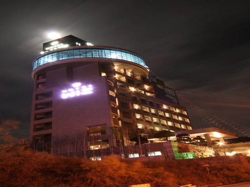 โรงแรม วิซ  (Wiz Hotel)