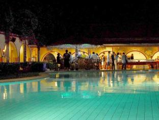 Getaway Resort Lake Mabprachan Pattaya - Swimming Pool at night
