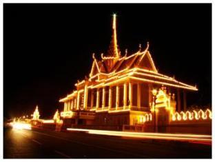 GGP Hotel Phnom Penh - Royal Palace at night