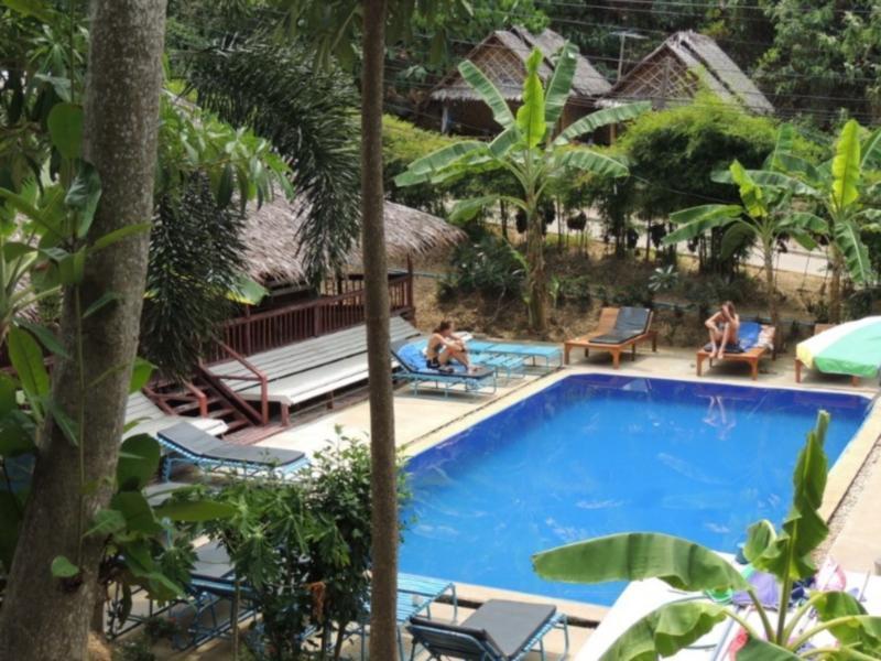Hotell Phi Phi Banana Resort i Ao Lo Dalam, Koh Phi Phi (Suratthani). Klicka för att läsa mer och skicka bokningsförfrågan