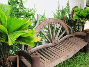 AV Hotel Vientiane - Antique Garden Bench