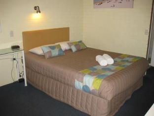 Twin Pines Motel - Room type photo