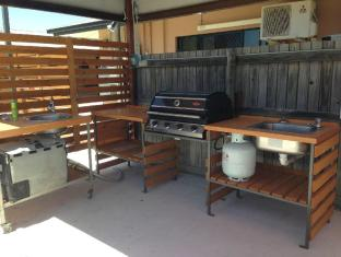 Bluewater Harbour Motel Whitsunday Islands - BBQ Area - Utensils Provided