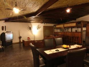 Moafrika Lodge Johannesburg - Lounge and Dining Area