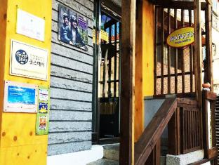 Banana Backpackers Guesthouse Seoul - Main door