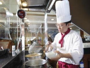 Hotel Grand Pacific Singapore - Sun's Cafe Chef in Action Station
