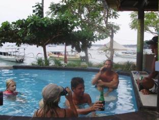 Tamarind Beach Bungalows Bali - Enjoy beer at Sunken Pool Bar