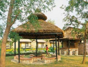 Maruni Sanctuary Lodge Chitwan National Park - Fire Place & Outside Bar