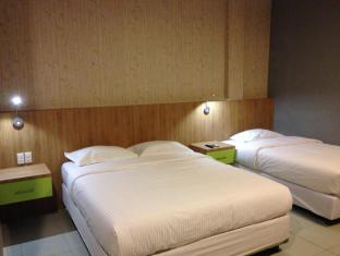 Wisma Sederhana Budget Hotel Medan - Family Room (1 Queen Bed and 1 Single Bed)