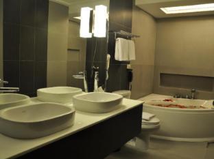 O Hotel Bacolod (Negros Occidental) - Natalia Suite Bathroom