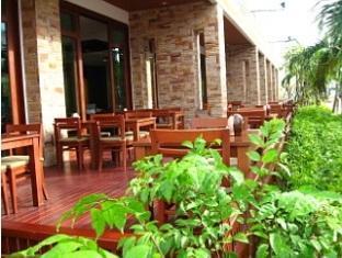 Crystal Palace Hotel Pattaya Pattaya - Terrace in front hotel