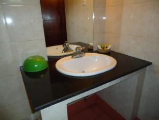 Indra Regent Hotel Colombo - Standard Room Bathroom