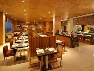 DoubleTree by Hilton New Delhi – Noida – Mayur Vihar New Delhi and NCR - Food, drink and entertainment
