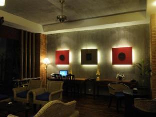 Frangipani Fine Arts Hotel Phnom Penh - Lobby and garden