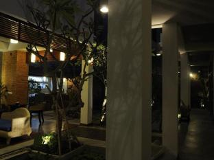 Frangipani Fine Arts Hotel Phnom Penh - Walk way