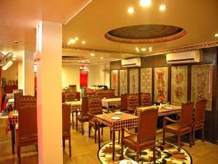 Hotel Royal Sheraton Jaipur - Food, drink and entertainment