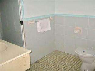 Ambassador Motel Rockhampton - Bathroom