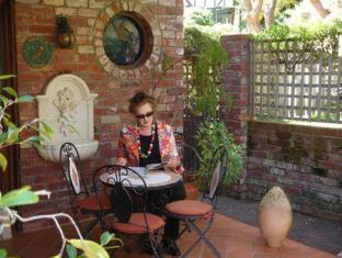 Possum Creek Lodge Perth - Courtyard