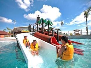 Emar's Wavepool Hotel and Beach Resort Davao - Swimming Pool