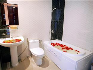 Hoang Hai (Golden Sea) Hotel Nha Trang - Bathroom with Bathtub