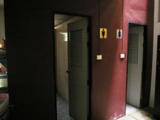 Coolphuket Hostel Phuket - Bathroom in the living room
