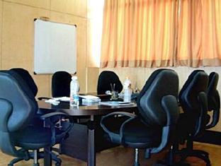 Compact Lotus Suites Bangalore - Sala de reuniones